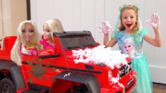 Настя и папа играют в мойку машин