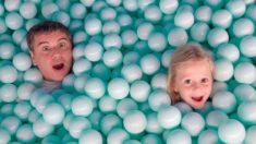 Настя и папа веселятся в музее игрушек